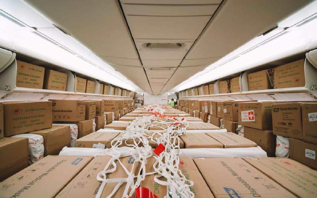 بارهای کارگو که درون هواپیما چیده شده اند