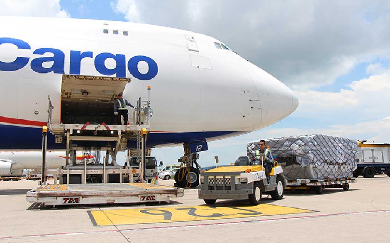 هواپیمای کارگو که در فرودگاه در حال بارگیری است
