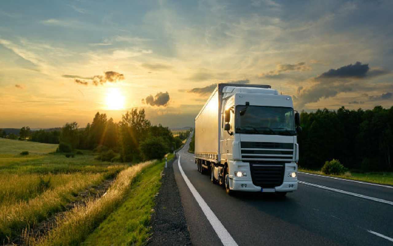 کامیونی در حال حمل بار به آنتالیا در جاده