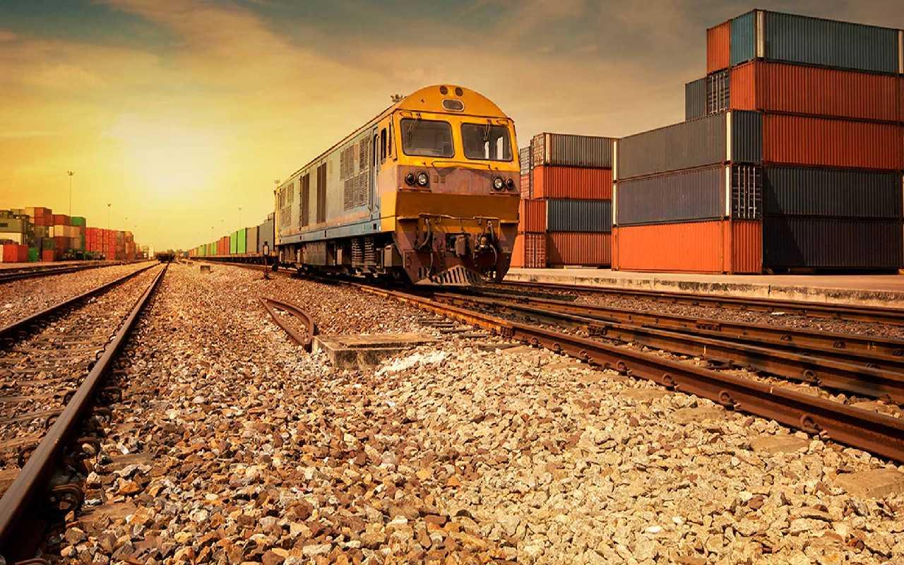 قطار باری ایران روی ریل در حال رفتن به آنتالیا
