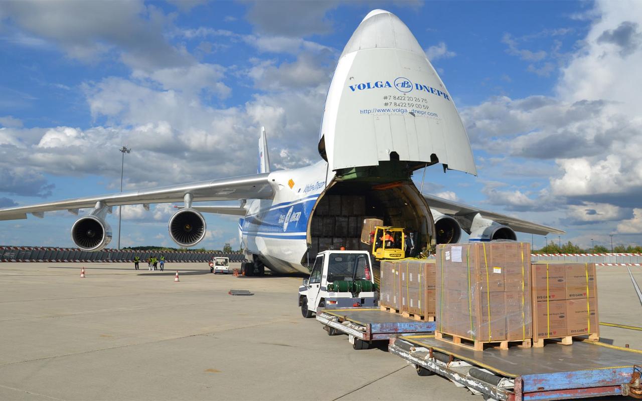 ارسال بار هوایی به کانادا و نحوه ی انتقال بار به دورن هواپیما نشان داده شده است