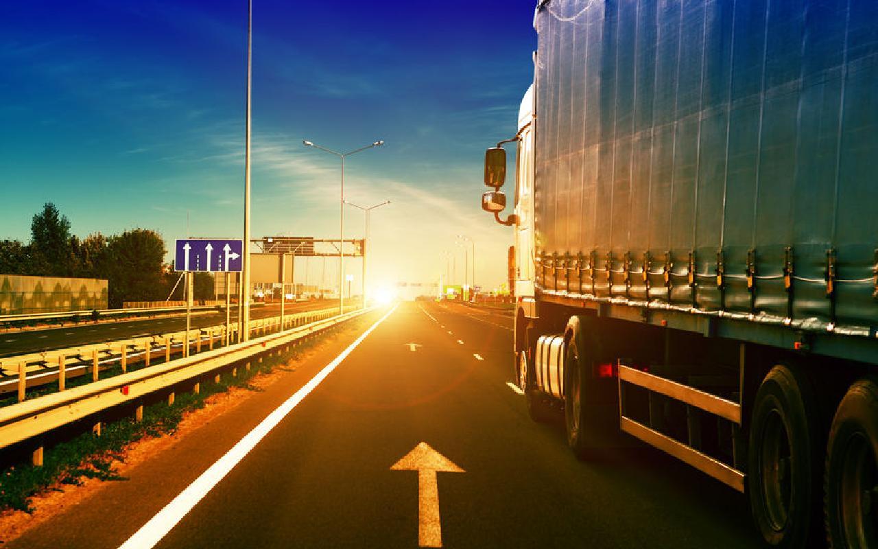 کامیون حمل بار در جاده ترکیه به ایران