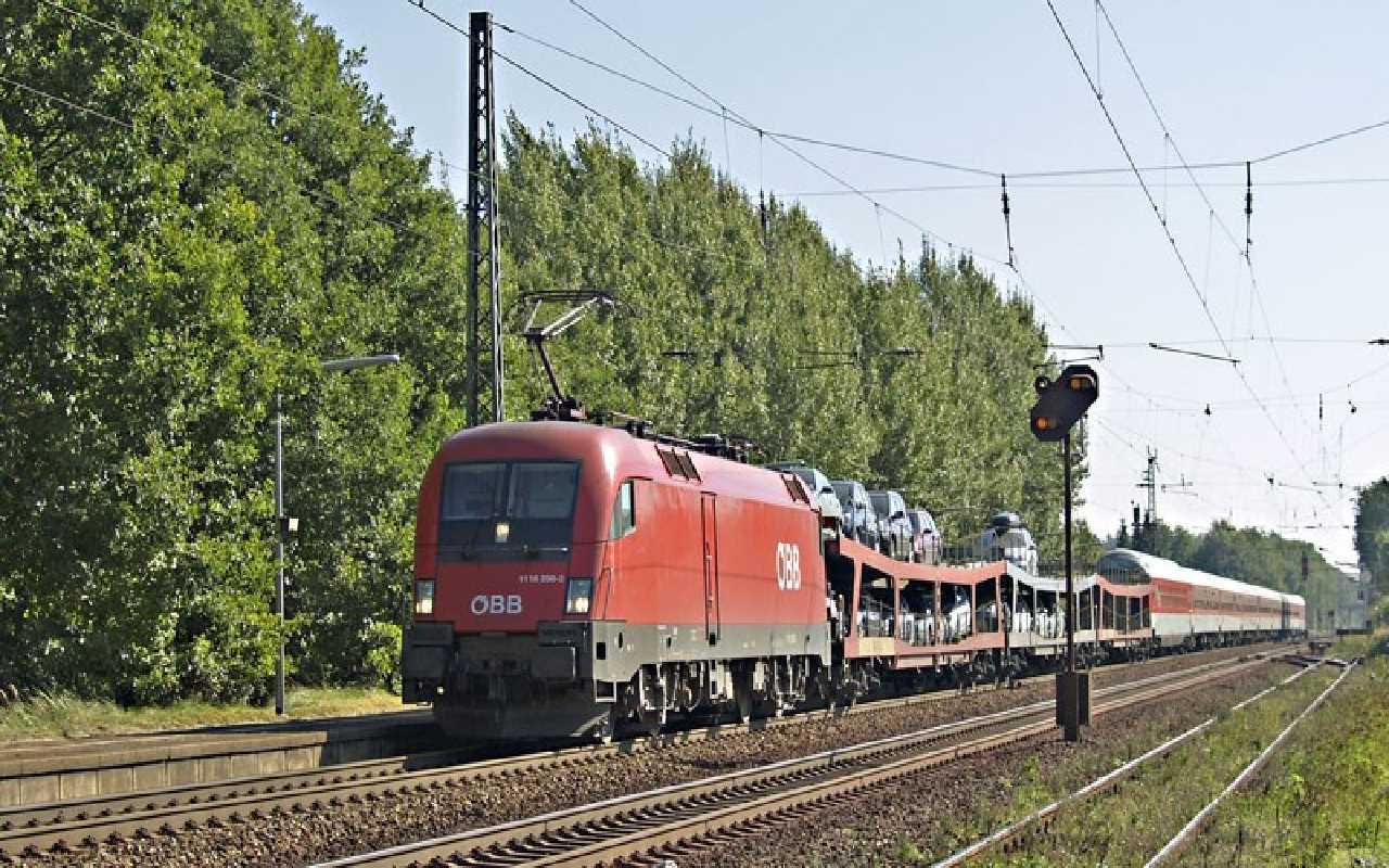 قطار حمل بار در حال عبور از روی ریل