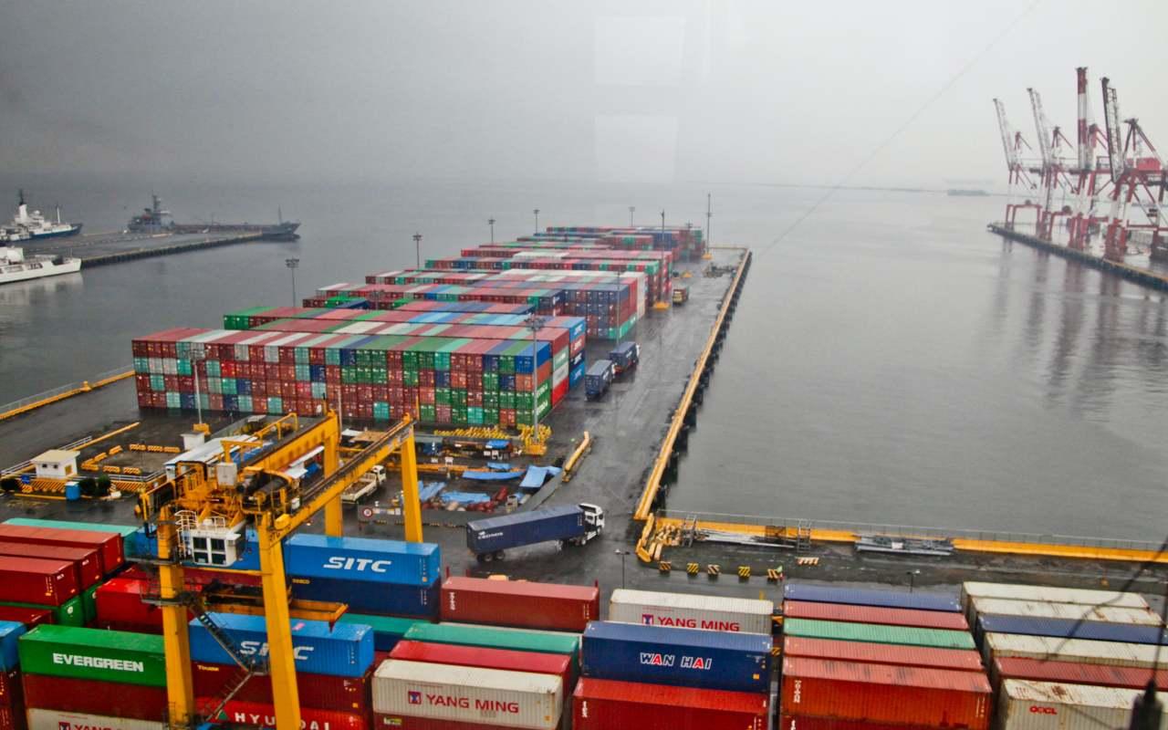 کانتیرهای در بندر آماده ارسال بار با کشتی به کانادا