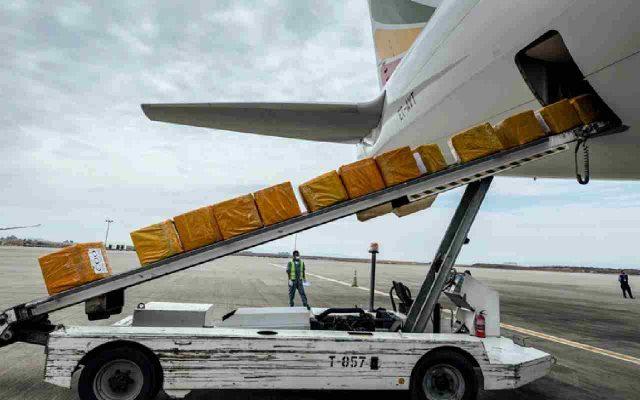 هواپیمایی در حال بارگیری و ارسال بار به ملبورن